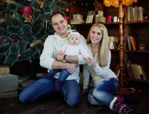 La familia feliz en la Navidad adornó el sitio Imagen de archivo libre de regalías