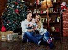 La familia feliz en la Navidad adornó el sitio Imágenes de archivo libres de regalías
