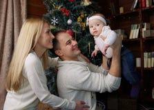 La familia feliz en la Navidad adornó el sitio Fotografía de archivo