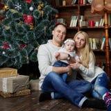 La familia feliz en la Navidad adornó el sitio Fotos de archivo