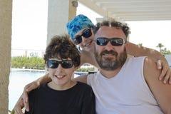 La familia feliz está en la piscina Fotos de archivo