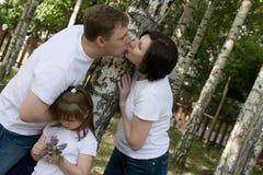 La familia feliz está en parque Fotografía de archivo