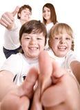 La familia feliz lanza hacia fuera el pulgar. Imágenes de archivo libres de regalías