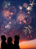 La familia feliz mira los fuegos artificiales Fotos de archivo