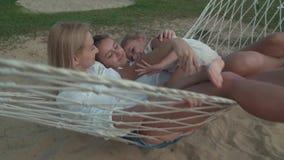 La familia feliz monta emocionalmente en el vídeo de la cantidad de la acción de la cámara lenta de la hamaca metrajes