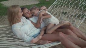 La familia feliz monta emocionalmente en el vídeo de la cantidad de la acción de la hamaca almacen de metraje de vídeo