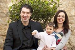 La familia feliz, niño dice hola Imágenes de archivo libres de regalías