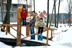 La familia feliz pasa el tiempo al aire libre junto Imagen de archivo