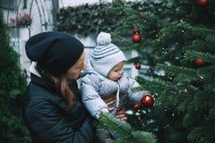 La familia feliz pasa tiempo en los días de fiesta de una Navidad y del Año Nuevo Foto de archivo libre de regalías