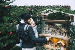 La familia feliz pasa tiempo en los días de fiesta de una Navidad y del Año Nuevo Imagen de archivo