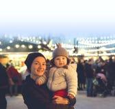 La familia feliz pasa tiempo en los días de fiesta de una Navidad y del Año Nuevo Fotografía de archivo