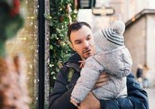 La familia feliz pasa tiempo en los días de fiesta de una Navidad y del Año Nuevo Fotos de archivo libres de regalías