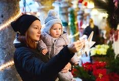 La familia feliz pasa tiempo en los días de fiesta de una Navidad y del Año Nuevo Fotos de archivo