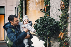 La familia feliz pasa tiempo en los días de fiesta de una Navidad y del Año Nuevo Imagenes de archivo