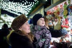 La familia feliz pasa tiempo en una feria del mercado callejero de la Navidad en la ciudad vieja de Salzburg, Austria Días de fie fotos de archivo libres de regalías