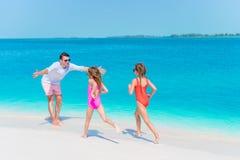 La familia feliz que disfruta de tiempo de la playa y se divierte mucho Imagenes de archivo