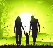 La familia feliz recorre en la naturaleza,   Foto de archivo