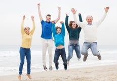La familia feliz se divierte en las vacaciones Imagen de archivo