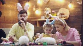 La familia feliz se est? preparando para Pascua O?dos del conejito del muchacho lindo del peque?o ni?o que llevan D?as de primave almacen de video