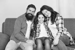 la familia feliz se relaja en casa Fin de semana de la familia hija del amor de la madre y de padre Ni?a con los padres confianza foto de archivo