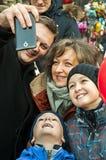 La familia feliz toma el selfi Smartphone Imagen de archivo libre de regalías