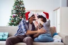 La familia feliz usando los vidrios del vr de la realidad virtual durante la Navidad Imagenes de archivo