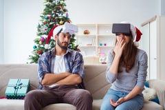 La familia feliz usando los vidrios del vr de la realidad virtual durante la Navidad Imagen de archivo libre de regalías