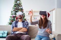 La familia feliz usando los vidrios del vr de la realidad virtual durante la Navidad Fotografía de archivo