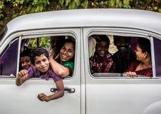 La familia feliz viaja el país, Kerala 17 de febrero de 2013 adentro adentro Foto de archivo libre de regalías