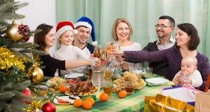 La familia feliz y grande celebra la Navidad Foto de archivo libre de regalías