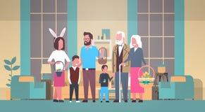 La familia grande celebra Pascua feliz que sostiene la cesta con los huevos y que lleva a Bunny Ears Over Home Interior ilustración del vector