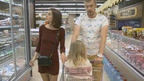 La familia hace compras en el supermercado imágenes de archivo libres de regalías