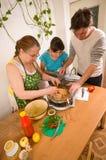 La familia hace una cena. Fotografía de archivo libre de regalías