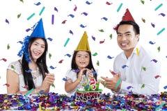 La familia hermosa celebra cumpleaños del niño Imagen de archivo libre de regalías