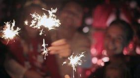 La familia hermosa disfruta el Año Nuevo y las luces metrajes