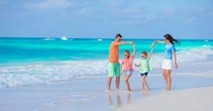 La familia hermosa se divierte mucho en la playa Fotografía de archivo libre de regalías