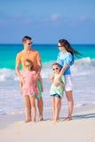 La familia hermosa se divierte mucho en la playa Foto de archivo libre de regalías