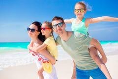 La familia hermosa se divierte mucho en la playa Fotos de archivo libres de regalías
