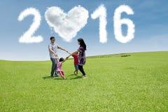 La familia hispánica celebra Año Nuevo en el campo Imagenes de archivo