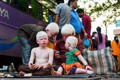 La familia india del albino pide dinero Fotos de archivo libres de regalías