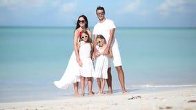 La familia joven el vacaciones se divierte almacen de metraje de vídeo