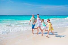 La familia joven el vacaciones se divierte mucho Fotos de archivo