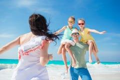 La familia joven el vacaciones se divierte mucho Fotos de archivo libres de regalías