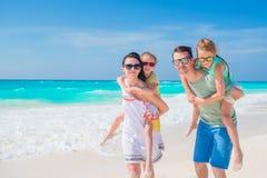 La familia joven el vacaciones se divierte mucho Foto de archivo