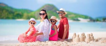 La familia joven el vacaciones se divierte mucho Imagen de archivo