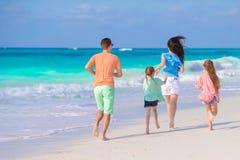 La familia joven el vacaciones se divierte mucho Foto de archivo libre de regalías