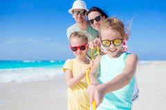 La familia joven el vacaciones se divierte mucho Fotografía de archivo libre de regalías