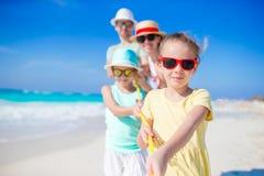 La familia joven el vacaciones se divierte mucho Imagen de archivo libre de regalías