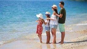 La familia joven el vacaciones se divierte mucho metrajes