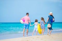 La familia joven el vacaciones se divierte mucho junto Padres y niños que van a nadar Imagen de archivo libre de regalías